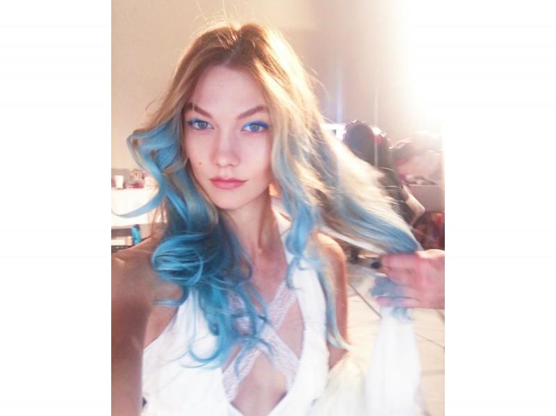 karlie-kloss-capelli-lunghi-azzurri