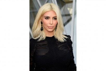 CAPELLI BIONDI E SOPRACCIGLIA SCURE: Kim Kardashian