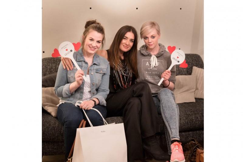 natalia con due clienti