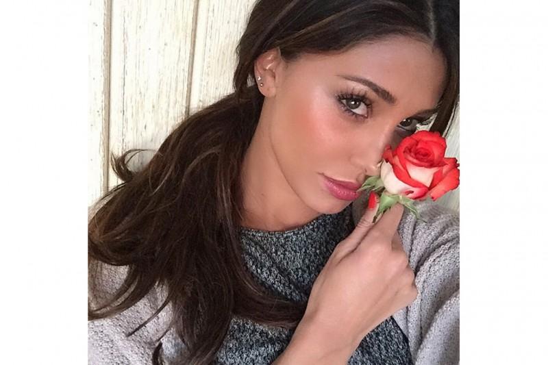 Belen Rodriguez trucco: guance con blush corallo e illuminante oro