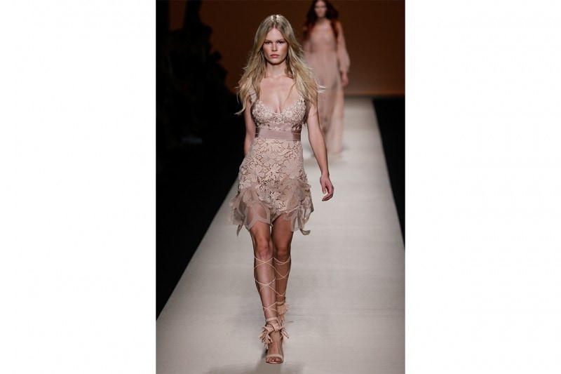COME TRUCCARSI CON UN LOOK IN PIZZO SHEER: ALL OVER GLOW