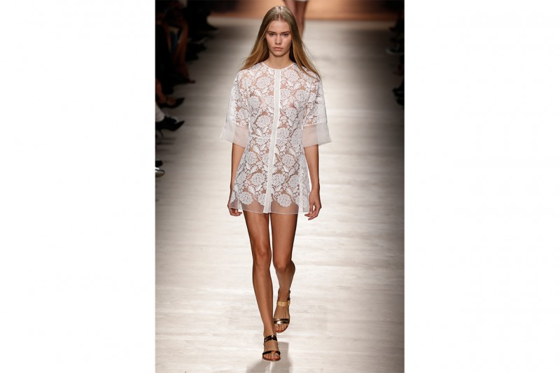 COME TRUCCARSI CON UN LOOK IN PIZZO SHEER: NATURAL GLOW