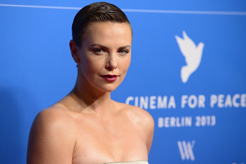 Charlize Theron capelli: sleek effect