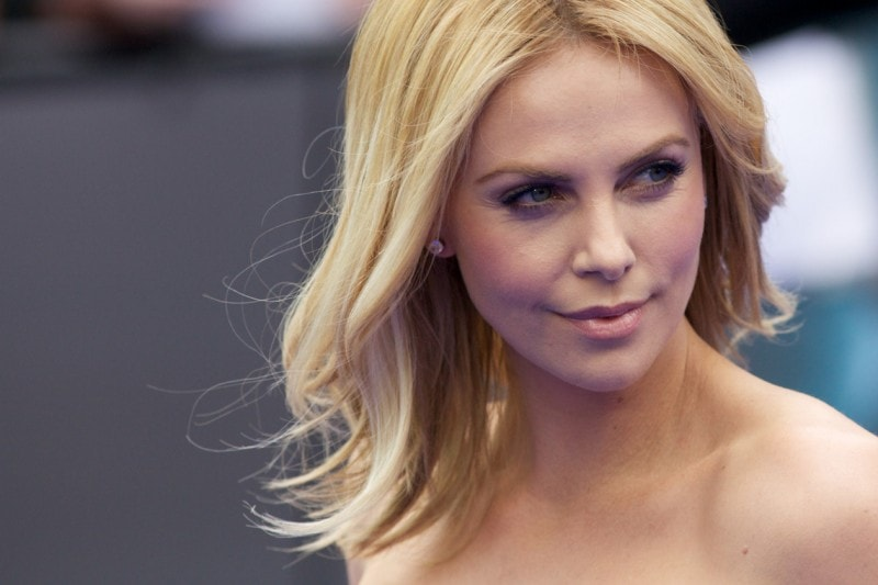 Charlize Theron trucco: rossetto sheer e blush pesca