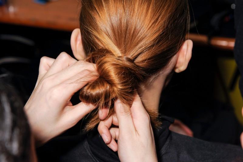 Doppie punte: l'elastico giusto che non danneggia i capelli