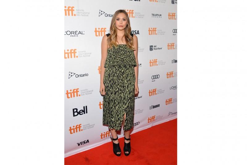 Elizabeth Olsen: Etno-chic in vestito e sandali