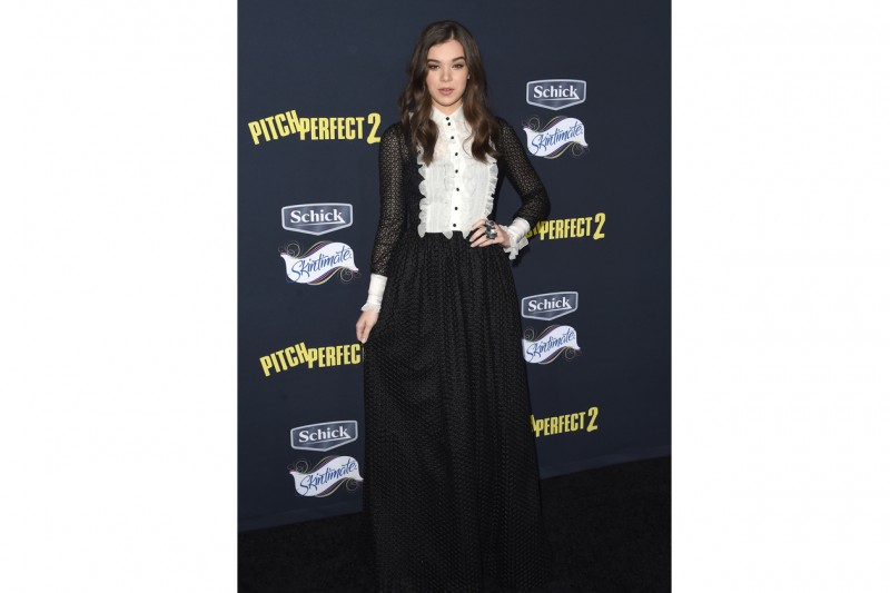 Hailee Steinfeld: austera in Creatures of the wind
