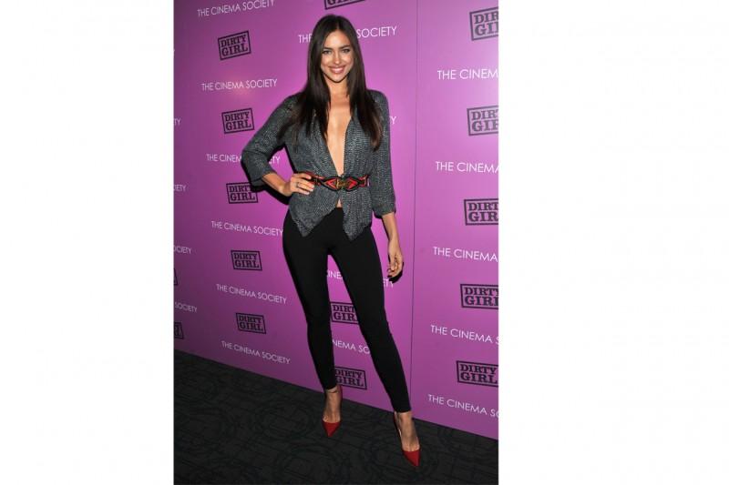 Irina Shayk: glam-chic in blazer e pantaloni, promossa