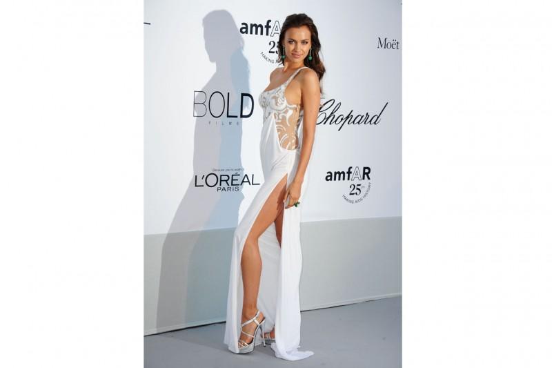 Irina Shayk: in abito lungo con spacchi e trasparenze, rimandata