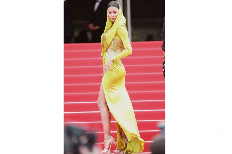 Irina Shayk: in abito lungo giallo acido, bocciata