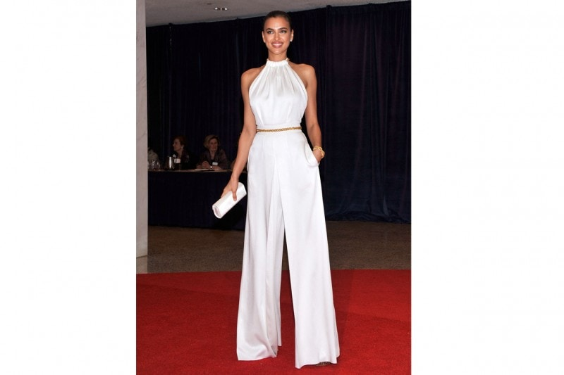 Irina Shayk: in jumpsuit total white, promossa