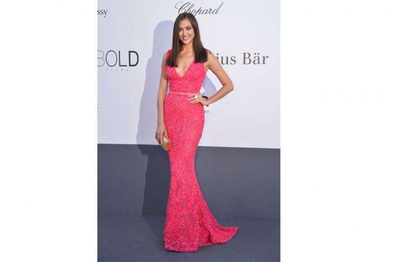 Irina Shayk: in long dress fucsia, promossa