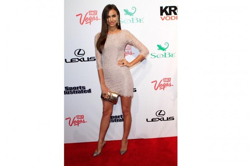 Irina Shayk: minidress in pizzo e dettagli gold, promossa