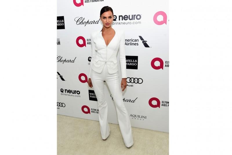 Irina Shayk: minimal-chic in completo bianco, promossa