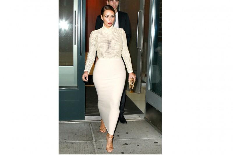 Kim Kardashian: in total white con lingerie a vista