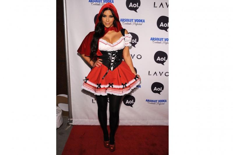 Kim Kardashian: in versione cappuccetto rosso per un party in maschera