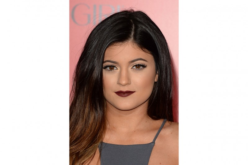 Kylie Jenner make up: burgundy lips and copper eyeshadow