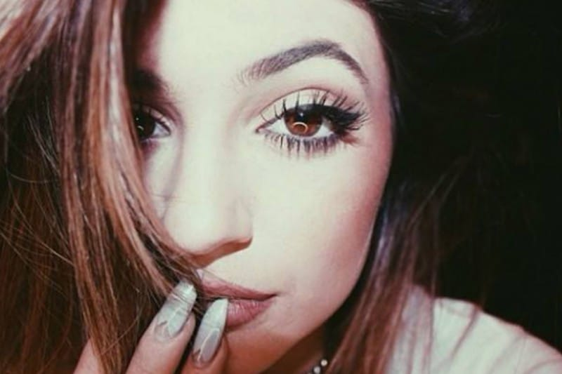 Kylie Jenner make up: ombretto color rame e ciglia finte individuali