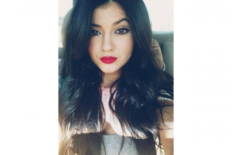 Kylie Jenner make up: rossetto rosso fragola e eyeliner nero
