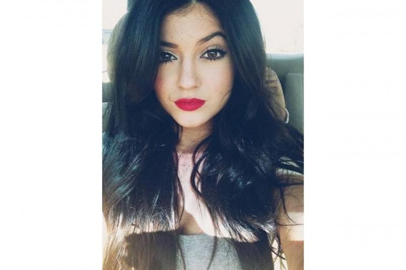 Kylie Jenner make up: rossetto rosso fragola e eyeliner nero