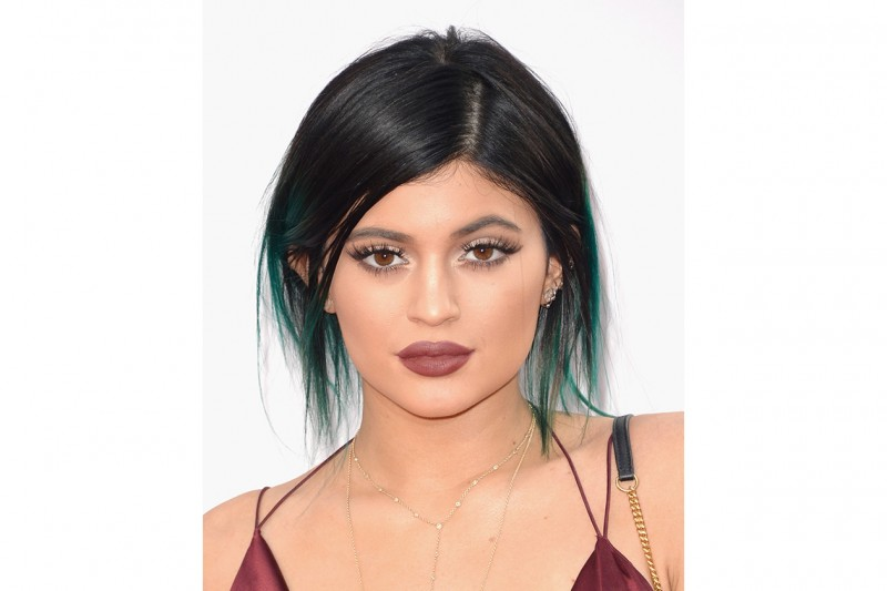 Kylie Jenner make up: rossetto viola-seppia