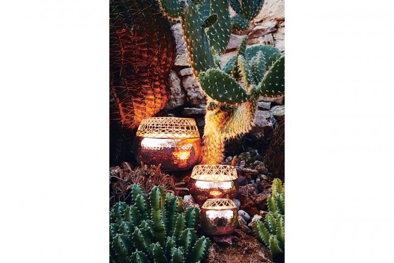 La luce naturale di candele e lanterne