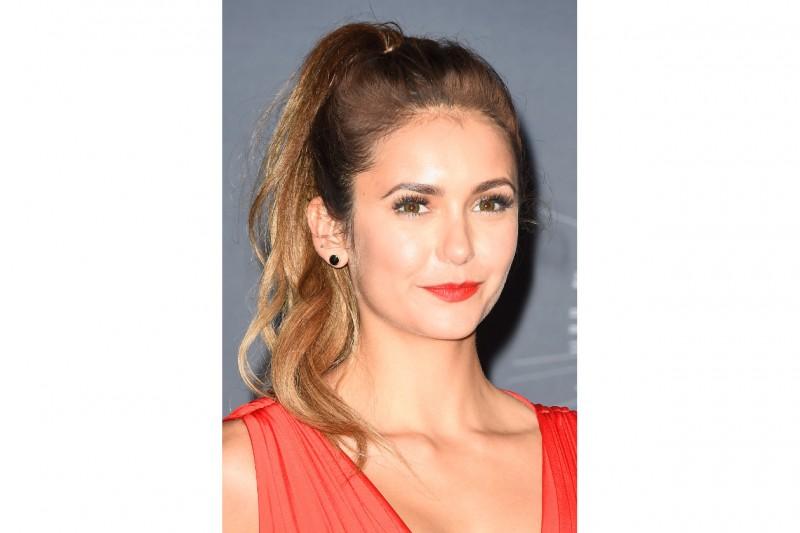 Nina Dobrev make up: rossetto rosso aranciato