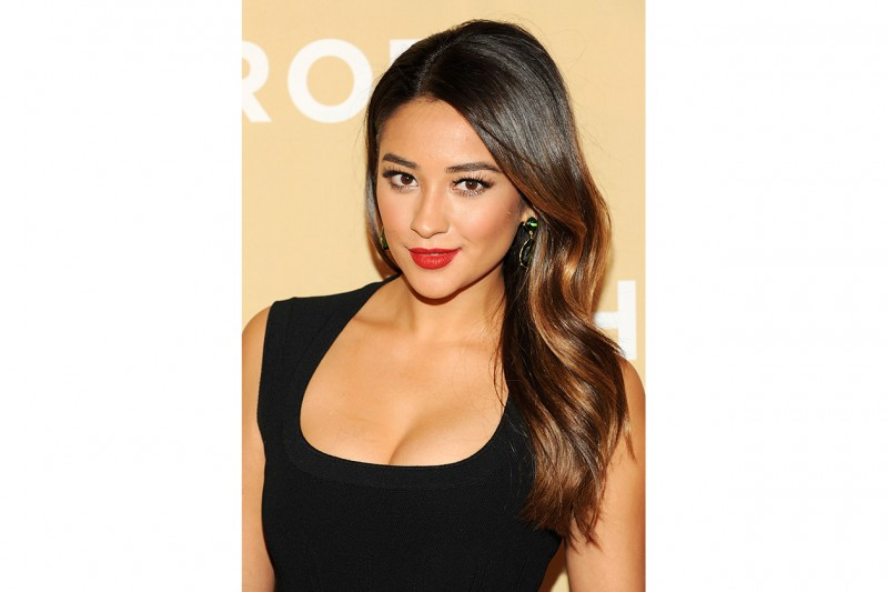 Shay Mitchell capelli: side swept hair