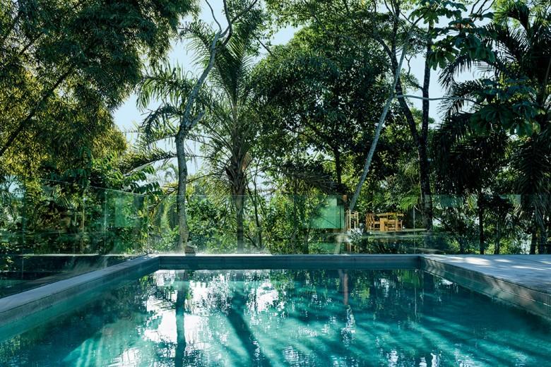 Una moderna palafitta nel cuore della foresta atlantica