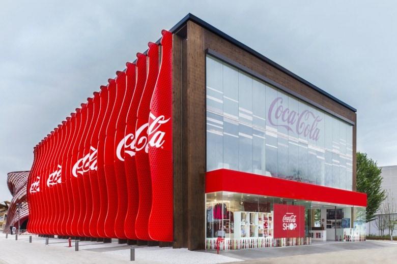 «L'arte in bottiglia»: Coca-Cola celebra a Expo i 100 anni dell'iconica bottiglia