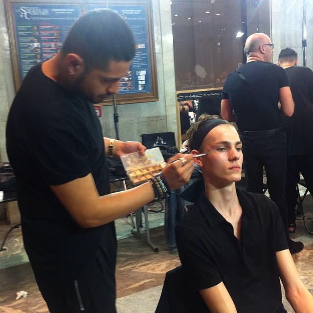 #grazialovesbackstage #mfw @n21_official @dellacqua un velo di correttore nelle zone più critiche #makeup @maccosmetics