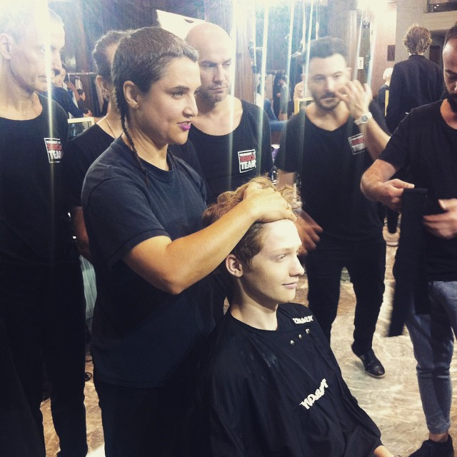 #grazialovesbackstage Holly Smith per Toni&Guy al lavoro #hairstyling @n21_official