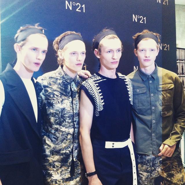 #grazialovesbackstage #mfw una fascia separa i capelli dei modelli @n21_official