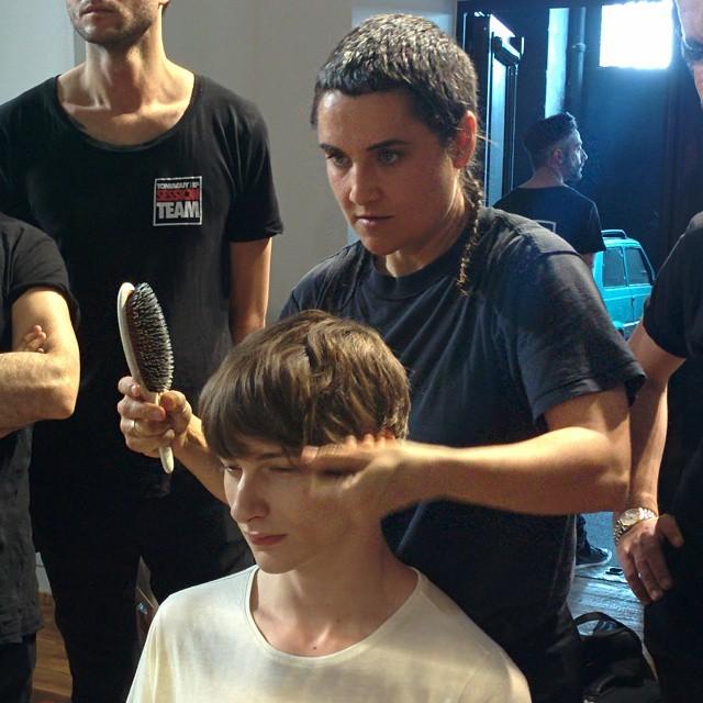 #grazialovesbackstage Corti sul retro e frangia lunga per l'hairstyling creato da Tony&Guy per @msgm_official #tonyandguy