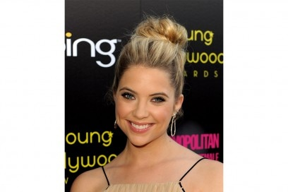 Ashley Benson capelli: chignon spettinato