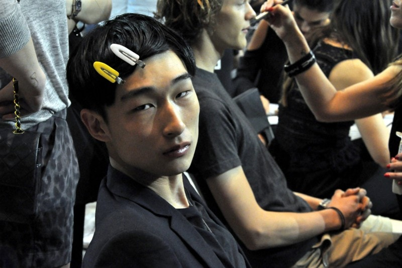 Backstage sfilata N°21: Sang Woo Kim al trucco