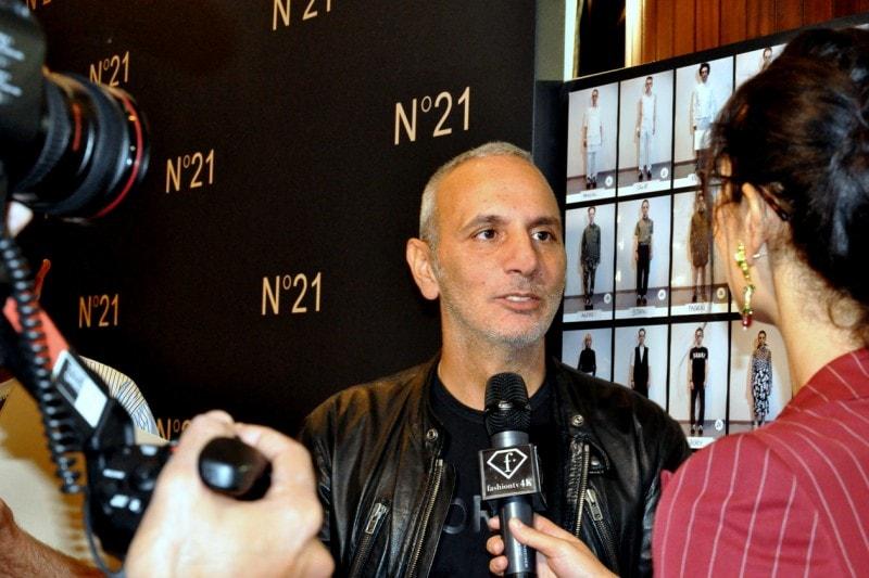 Backstage sfilata N°21: lo stilista Alessandro Dell'Acqua