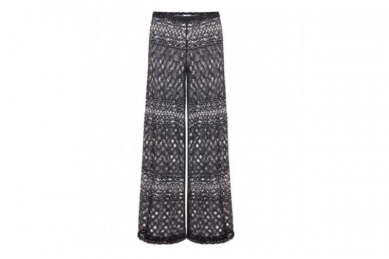 Come non vestirsi in città d'estate: i pantaloni trasparenti