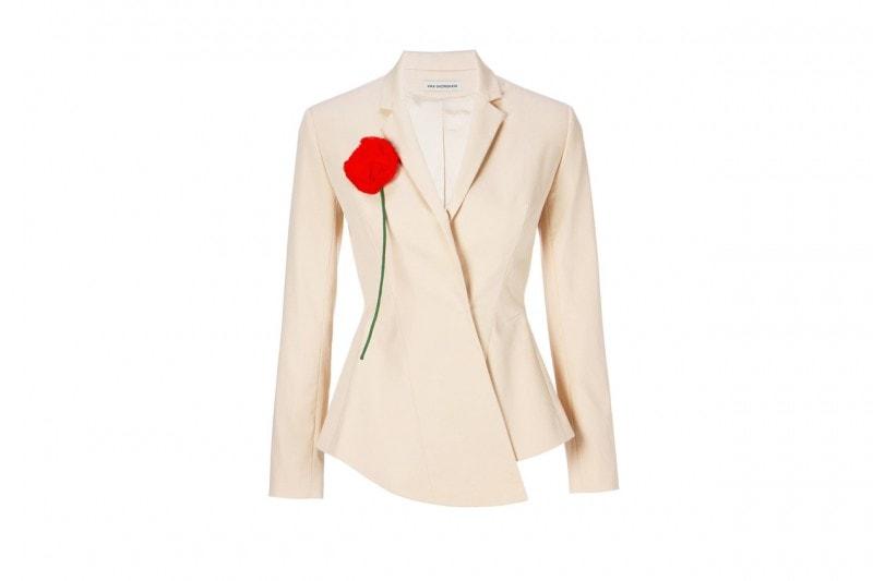 """La tendenza dallo street style: il blazer giallo """"camomilla"""" di vika gazinskaya"""