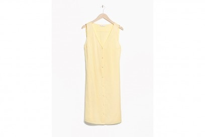 La tendenza dallo street style: l'abito giallo camomilla di &Other Stories
