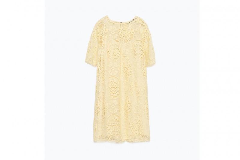 La tendenza dallo street style: l'abito giallo camomilla di ZARA