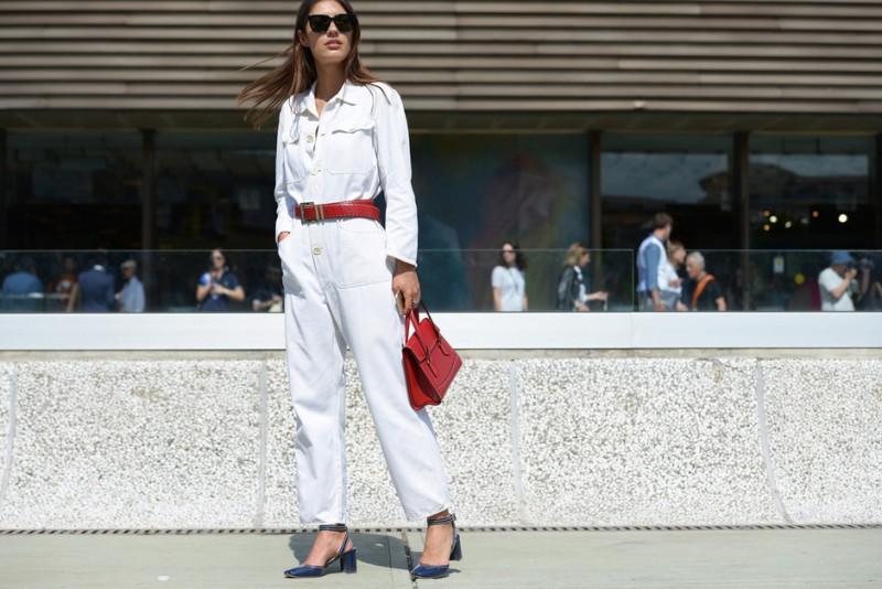 Look bianco e accessori rossi: Patricia Manfield