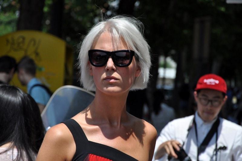 Tendenze capelli dallo street style a Milano: caschetto platino