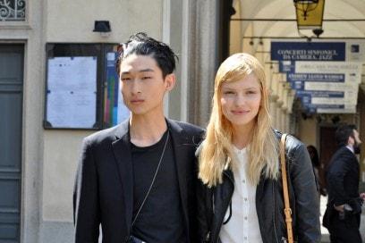 Tendenze capelli dallo street style a Milano: hairstyle effetto bagnato