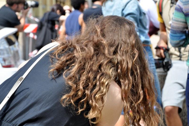 Tendenze capelli dallo street style a Milano: mosso definito