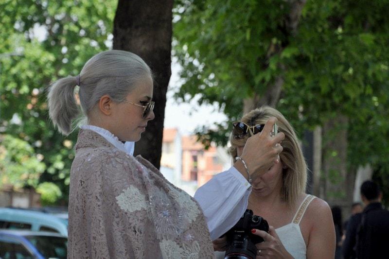 Tendenze capelli dallo street style a Milano: platino anche per la coda