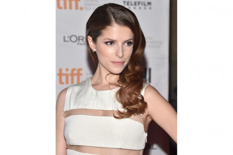 ANNA KENDRICK HAIRSTYLE: ONDE LATERALI