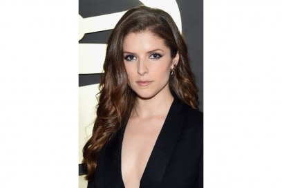 ANNA KENDRICK HAIRSTYLE: ONDE LUNGHE E SOFFICI