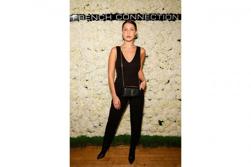 bella hadid: jumpsuit e tracolla Saint Laurent