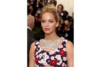 Capelli con chignon alto delle star: Jennifer Lawrence